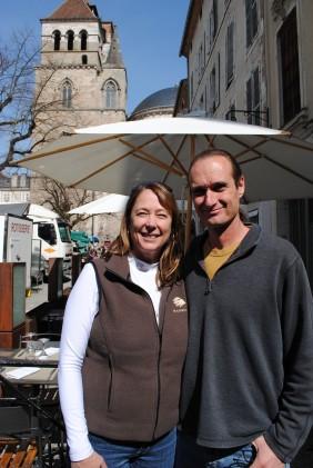 Maggie et Paul Bush, viticulteurs californiens, en immersion au marché de Cahors.